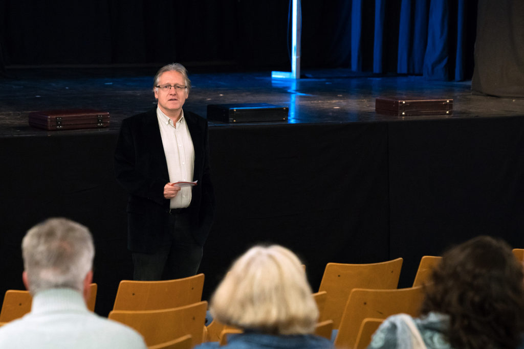 Patrick Jutz eröffnet den Theaterabend